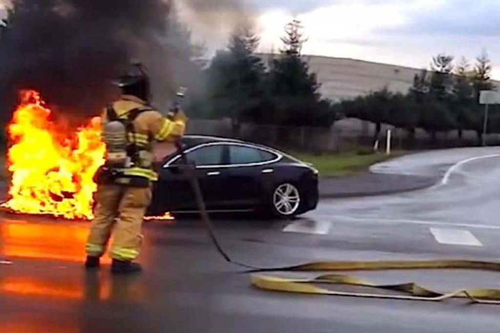 Tesla-Model-S-fire-with-firefighter